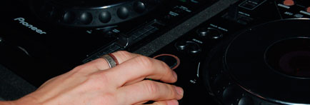 Finger on the play button on a pioneer cdj1000